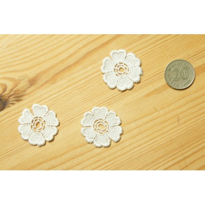 *R00496-* Embroidery patch: White flower (3pcs)